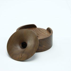 Set van 4 walnoten onderzetters in houder