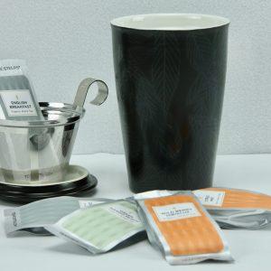 Timeless classics cadeau: Kati mok Noir met thee selectie van Tea Forté